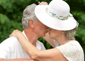 bacio-coppia-matura
